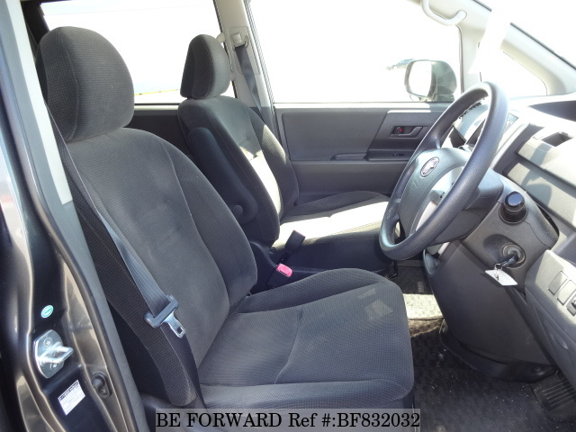 The interior of a used 2007 Toyota Noah from online used car exporter BE FORWARD.