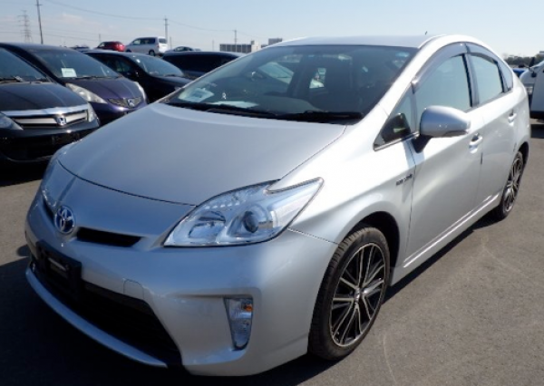 Prius leaving a wave of hybrids