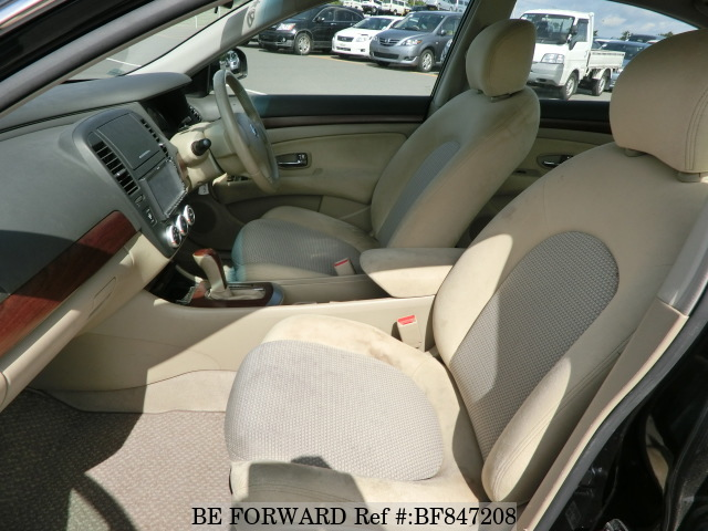 The interior of a used 2007 Nissan Bluebird Sylphy from online used car exporter BE FORWARD.