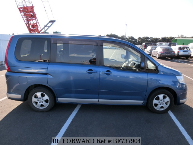 Side of a used 2006 Nissan Serena from used car dealer BE FORWARD.