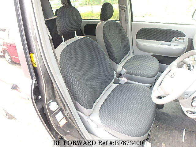 The front interior of a used 2007 Toyota Sienta from online used car exporter BE FORWARD.