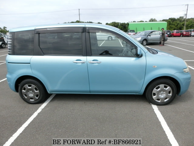 The side of a used 2005 Toyota Sienta from online used car exporter BE FORWARD.